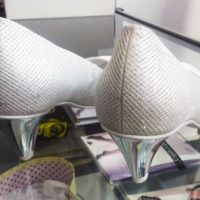 srebrne obcacy w butach ślubnych